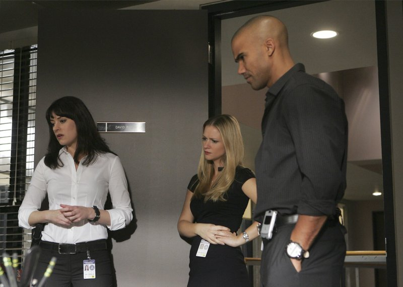 """CRIMINAL MINDS - """"Damaged"""" - Rossi travels to Indianapolis to continue his investigation into the two unsolved murders that have plagued him for 20 years, on """"Criminal Minds"""" airing on CBS on WEDNESDAY, APRIL 2 (9:00-10:00 p.m., ET). (ABC STUDIOS/MONTY BRINTON) PAGET BREWSTER, A.J. COOK, SHEMAR MOORE – Bild: 13th Street"""