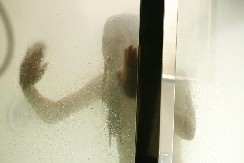 Ahnt, dass der Irre nur auf eine Gelegenheit wartet, seine Experimente auch an ihr zu praktizieren: Da nimmt Madison (Sarah Roemer) ein ausgiebiges Duschbad ... – Bild: Kinowelt GmbH Lizenzbild frei