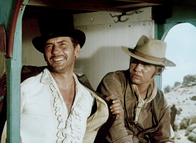 Jack Kelly als Dr. John Henry (l.), Mark Slade als Billy Blue Cannon (r.) – Bild: Sky Cinema Nostalgie