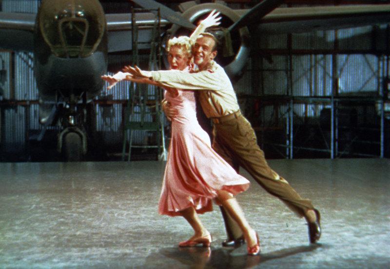 Nach jahrelanger Trennung wollen die ehemaligen Tanzpartner Kitty (Betty Hutton, l.) und Donald (Fred Astaire, r.) ihre Leidenschaft fürs Tanzen wieder aufleben lassen. Allerdings gibt es jemanden, der ihnen diese Freude nicht gönnen will: Kittys Schwiegermutter ... – Bild: TM & © 2004 by Paramount Pictures Corporation. All Rights Reserved. Lizenzbild frei