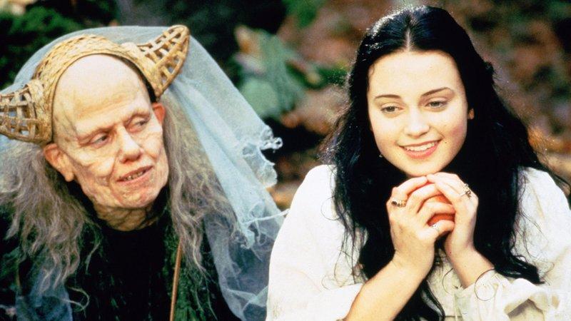 Lilli (Monica Keena, re.) hat einen Apfel von der netten alten Frau (Sigourney Weaver) bekommen..Lilli (Monica Keena, re.) hat einen Apfel von der netten alten Frau (Sigourney Weaver) bekommen.. – Bild: RTL II
