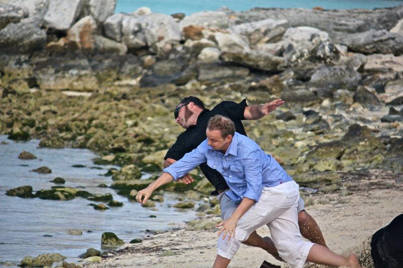 Noch versucht Holt (Bart Baggett, vorne), seinen Angreifern zu entkommen - doch wird es ihnen gelingen, ihn auf die Insel des wahnsinnigen Tiburon zu entführen, der mit seinen Opfern dort grausame Spiele treibt? – Bild: 2012, THE INSTITUTION, LLC. All Rights Reserved. Lizenzbild frei