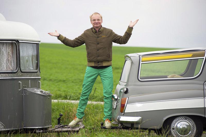 """Kabarettist und Schauspieler Uwe Steimle reist mit seinem 312er Wartburg durch Mitteldeutschland. Auf der Suche nach Bewahrenswertem begibt er sich vor allem auf die Nebenstraßen seiner Heimat und lernt Menschen und Orte kennen, die es seiner Ansicht nach verdient haben """"Weltkulturerbe"""" zu sein. Uwe Steimle – Bild: MDR/Axel Berger"""