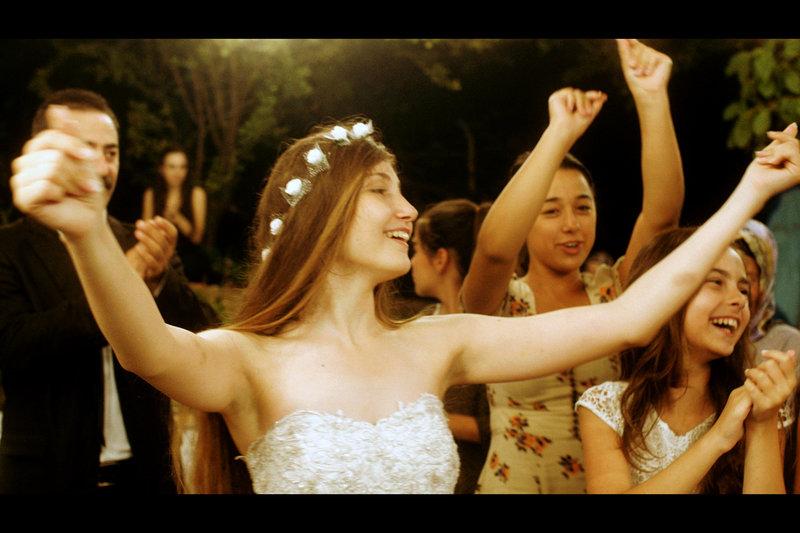 Sonay (Ilayda Akdogan) hat Glück und darf den jungen Mann heiraten, den sie liebt. – Bild: ZDF