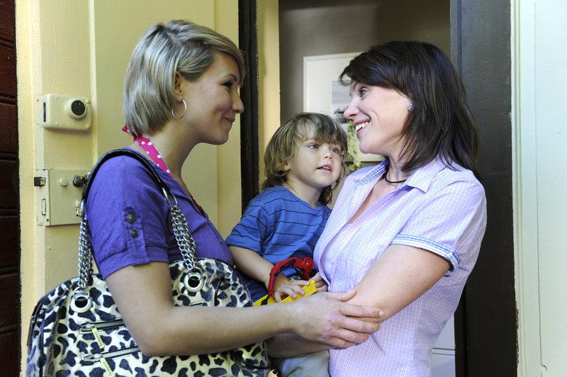 Daniela (Maxi Warwel, l.) stattet ihrer Schwester Marie (Gisa Zach, r.) und Lukas (Luis Grünler, M.) einen spontanen Besuch ab. – Bild: ZDF