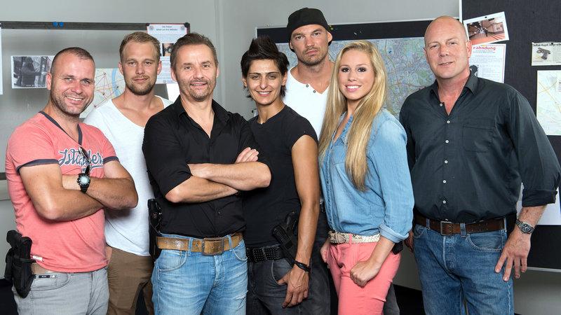 """Foto, v.li.n.re.: Alex Henke (39) , Ben Holtmann (26), Bernhard """"Bernie"""" Kuhnt (51), Mira Aksu (37), Dennis Weber (35), Lena Höfer (25) und Thomas """"Bruce"""" Berger (43) – Bild: RTL II"""