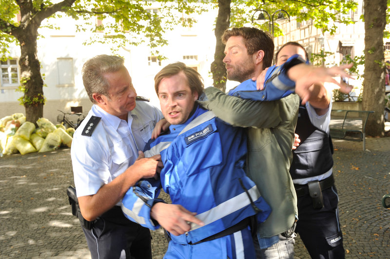 Wieso muss Jo Stoll (Peter Ketnath, 2.v.r.) seinen Kollegen Ronny Schröder (Robin Czerny, 2.v.l.) auf offener Straße verhaften? – Bild: ZDF