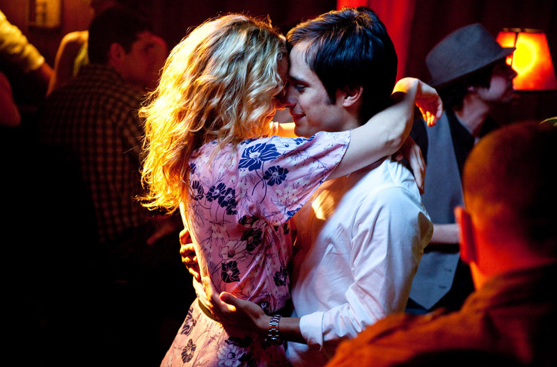 Marley (Kate Hudson) und Julian (Gael García Bernal) im Nachtclub. – Bild: ARD Degeto/2010 Earthbound Productions, LLC.