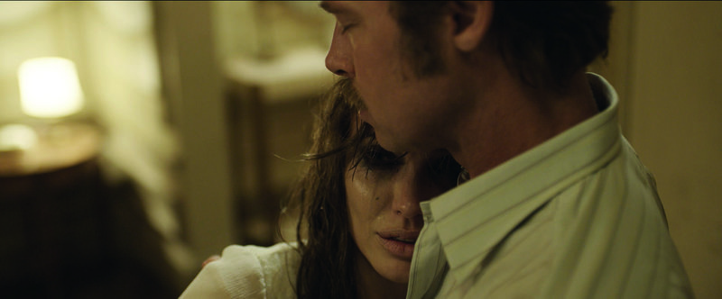 Gehen auf eine Reise, die sie für immer verändert: die ehemalige Tänzerin Vanessa (Angelina Jolie Pitt, l.) und ihr Ehemann, der amerikanische Schriftsteller Roland (Brad Pitt, r.) ... – Bild: Universal Pictures Lizenzbild frei