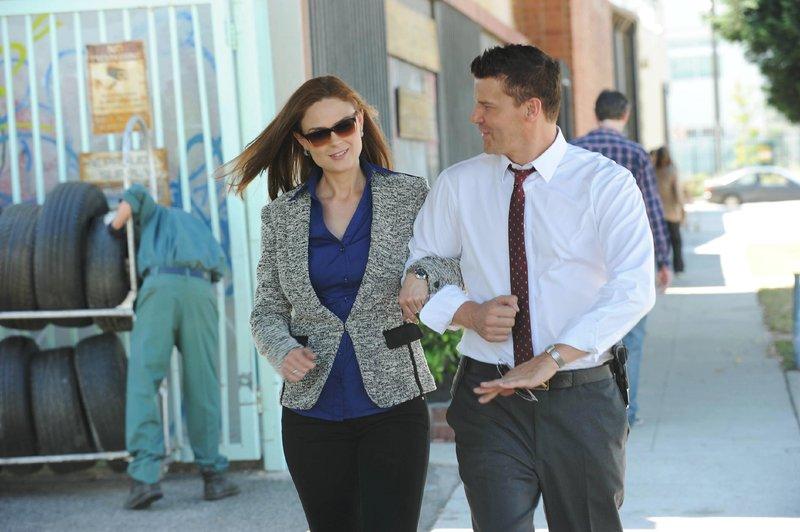 Brennan (Emily Deschanel) und Booth (David Boreanaz) planen ihre Hochzeit. – Bild: RTL