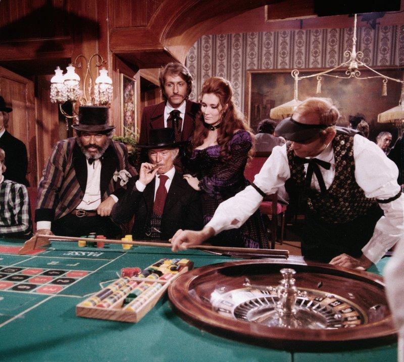 Im Casino von Hobsonville lässt es sich Rückkehrer Sabata (Lee van Cleef, M.) gut gehen. . Sabata kehrt zurück – Bild: Tele 5