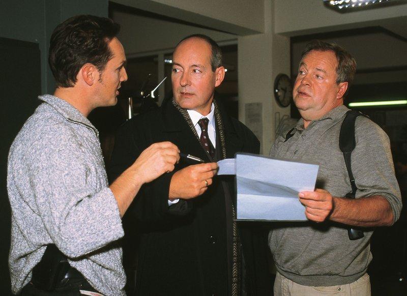 Bongartz (Max Gertsch, l.) und Kehler (Wolfgang Bathke, r.) befragen Reinhard Wellmann (Rene Schoenberger), den Inhaber der Senffabrik. Eher widerwillig gibt er zu, erpresst zu werden... – Bild: RTLplus