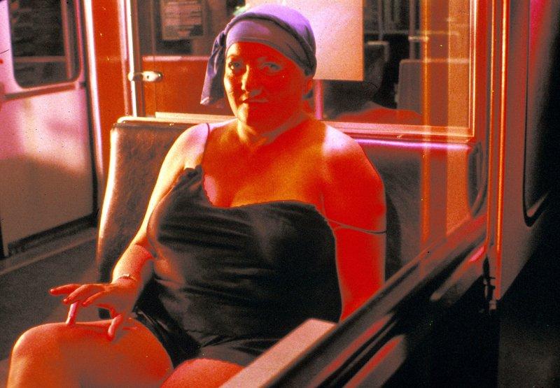 Marianne (Marianne Sägebrecht) lässt nichts unversucht, um ihrerm Schwarm, dem U-Bahn Fahrer Eisi, näher zu kommen. – Bild: BR/Filmverlag der Autoren