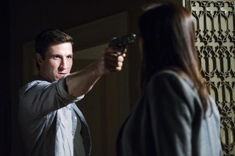 Als Olivia Benson (Mariska Hargitay) am Abend nach Hause kommt, wartet der psychisch kranke William Lewis (Pablo Schreiber) auf sie und bedroht sie mit einer Waffe. – Bild: VOX