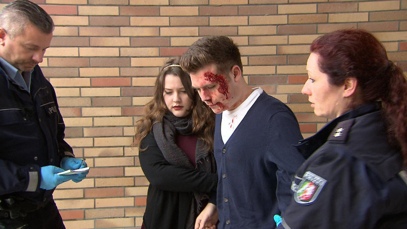 Dirk (mi.) wurde verprügelt. Seine Freundin Bettina (mi.) hat die Polizei gerufen. Die Beamten Fuchs (re.) und Bahr (li.) müssen herausfinden was geschehen ist... – Bild: RTL II