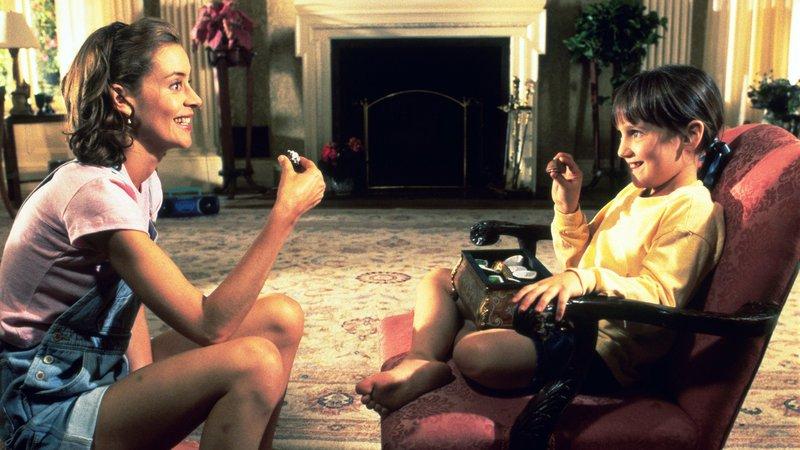 Mit der netten Lehererin Miss Honey (Embeth Davidtz, li.) versteht sich Matilda (Mara Wilson, re.) prächtig..Mit der netten Lehererin Miss Honey (Embeth Davidtz, li.) versteht sich Matilda (Mara Wilson, re.) prächtig.. – Bild: RTL Zwei
