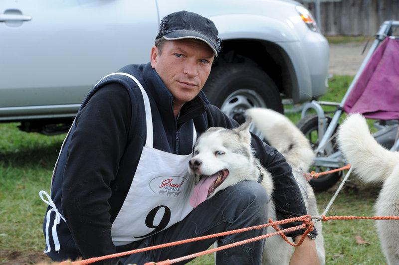 Weiß aus seiner Zeit in Kanada, wie man mit Schlittenhunden Rennen fährt - Förster Stefan Leitner (Hardy Krüger jr.). – Bild: ZDF