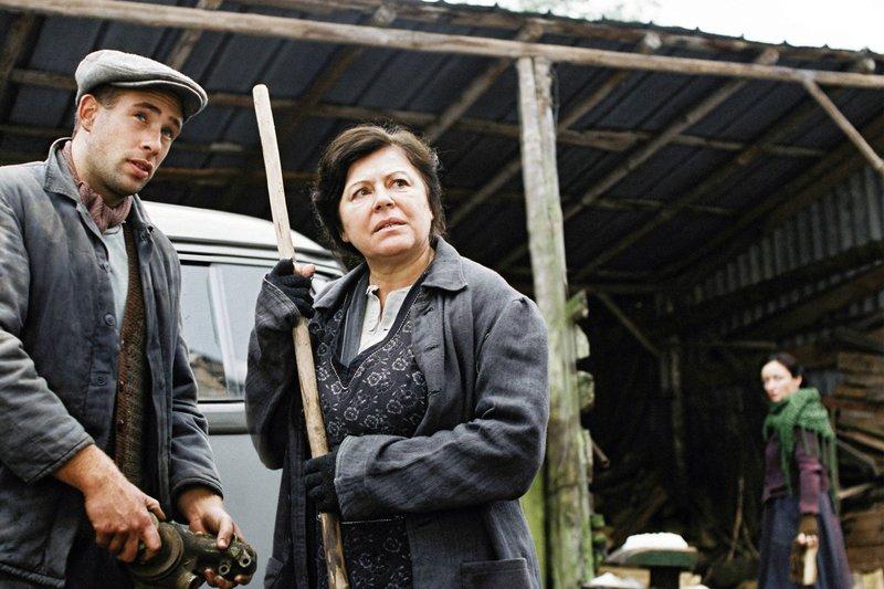 Der Mechaniker Johann (Volker Bruch) und Ruth (Gundi Ellert, Mitte) spekulieren über die Morde auf dem Tannöd-Hof. – Bild: ARD Degeto