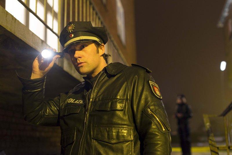 Mattes (Matthias Schloo) geht im Alleingang einem verdächtigen Geräusch nach. – Bild: ZDF und Boris Laewen