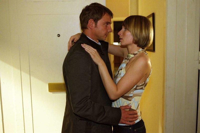 Tom (Steven Merting, l.) und Verena (Nadine Seiffert, r.) haben sich ineinander verliebt. – Bild: Sat.1 Gold