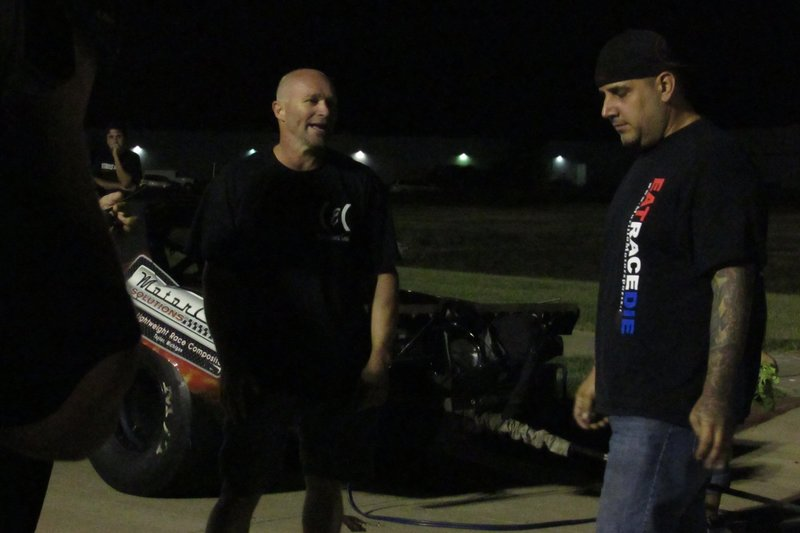 Dominator and Mike Murillo chat before they race each other. – Bild: Discovery Channel