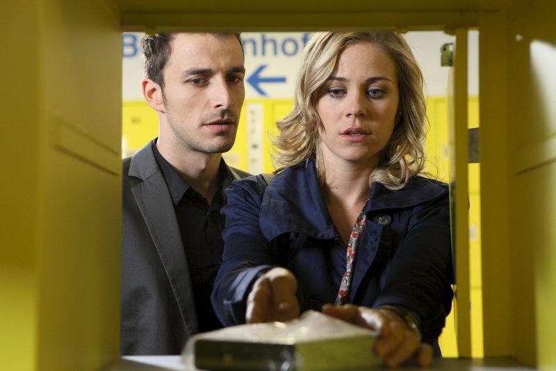 David (Max Alberti, l.) und Lena (Jessica Ginkel, r.) finden in einem Schließfach die Festplatte, auf der angeblich das Video von der Nacht, in der Julia von Ahrensberg starb, zu sehen ist ... – Bild: ZDF Lizenzbild frei