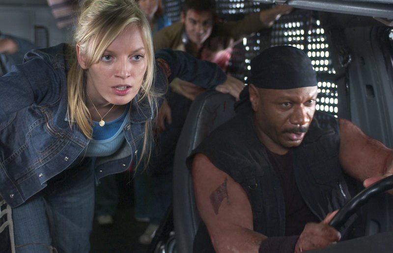 Gemeinsam versuchen Ana (Sarah Polley, l.), Kenneth (Ving Rhames, r.) und die anderen Überlebenden, den grausamen Zombies zu entkommen. Werden sie eine Chance haben? – Bild: 2004 Universal Studios. All Rights Reserved. Lizenzbild frei