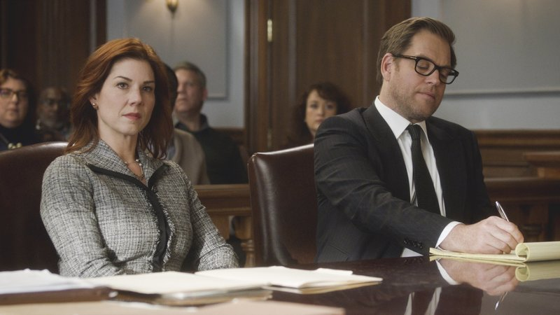 Pictured L-R: Rebecca Hall (Stephanie Kurtzuba) and Dr. Jason Bull (Michael Weatherly) – Bild: 13th Street
