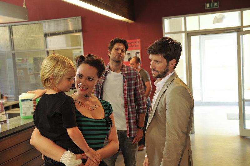 Jo Stoll (Peter Ketnath, 2.v.r.), Yvonne Derbusch (Sarah Maria Besgen, 2.v.l.) und Gunnar Zenker (Christian Oliver, r.). – Bild: ZDF und MARKUS FENCHEL