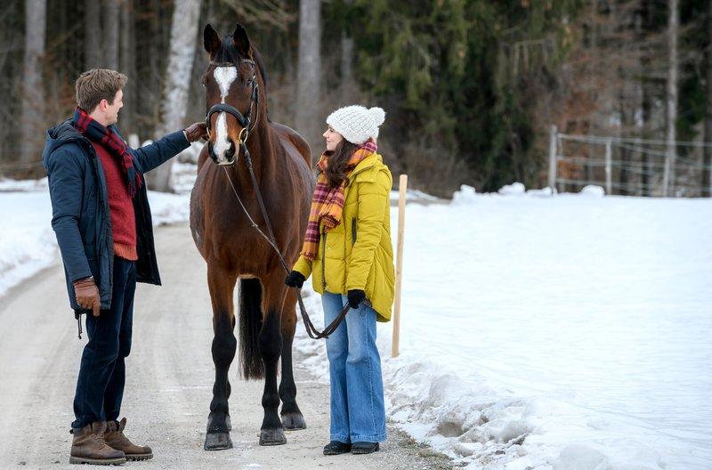 Henry (Patrick Dollmann, l.) ist erstaunt über Denises (Helen Barke, r.) Gespür für Pferde. – Bild: ARD/Christof Arnold