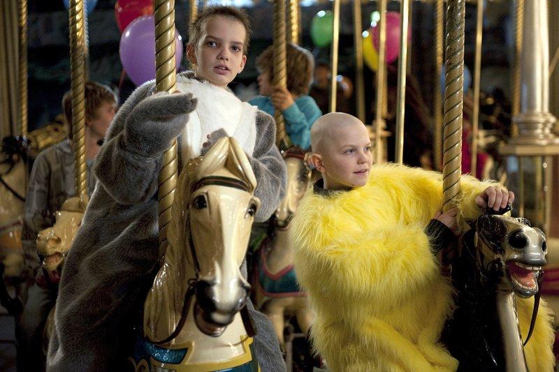 Jack (Tom Russell, re.) und Finn (Kodo Smit-McPhee) sind aus dem Krankenhaus ausgebüchst und vergnügen sich auf dem Jahrmarkt. – Bild: ARD Degeto/Cascade Films