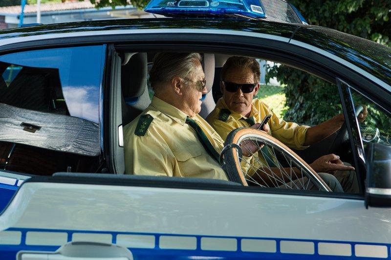 L-R: Polizeirat Girwidz (Michael Brandner) und Polizeiobermeister Hubert (Christian Tramitz) ermitteln wieder auf Hochtouren – Bild: TMG / Kai Neunert