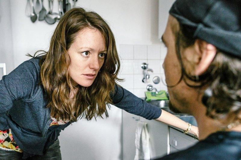 Folge 11: Wohnung Jutta und Holger/ Küche: Streit von Jutta und Holger. – Bild: Hendrik Heiden / © Network Movie/Hendrik Heiden