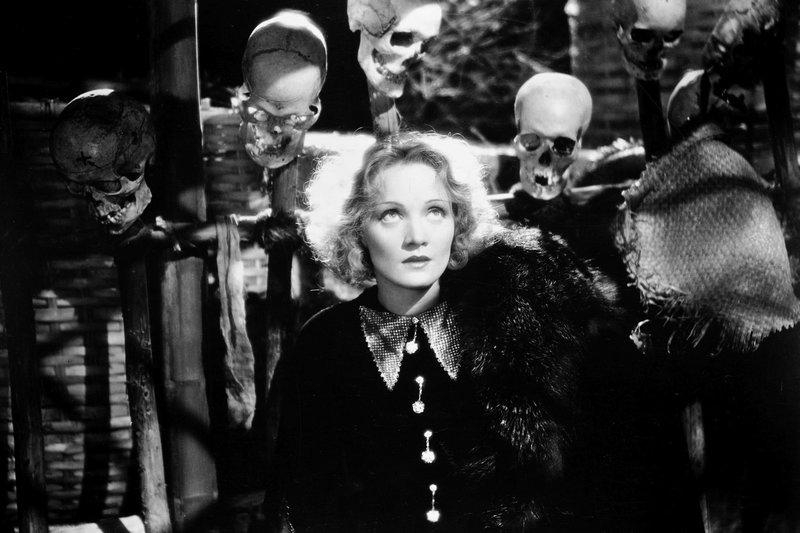 Auf dem Weg von Peking nach Schanghai gerät die Abenteurerin Schanghai-Lily (Marlene Dietrich) in tödliche Gefahr. – Bild: ZDF / © 1932 EMKA, Ltd. Copyright Renewed. All Rights Reserved.