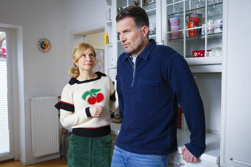 Jenny (Birte Hanusrichter) kann Theo (Simon Böer) mit ihrer einfühlsamen Art beruhigen. – Bild: RTL
