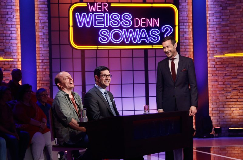 "Moderator Kai Pflaume (r.) mit Rateteam-Kapitän Bernhard Hoëcker (l.) und ""Gefragt - Gejagt""-Jäger Sebastian Jacoby (M.). – Bild: ARD/Morris Mac Matzen"