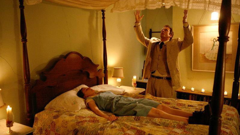 Nell Sweetzer (Ashley Bell) ist von böhsen Dämonen besessen. Reverend Cotton Marcus (Patrick Fabian) soll ihr diese austreiben. – Bild: RTL Zwei