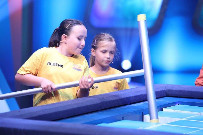 Entschlossen sucht sich Aleena (l.) einen Eisbrocken aus. Teamkapitänin Diana steht ihr mit Rat und Tat zur Seite. – Bild: Super RTL