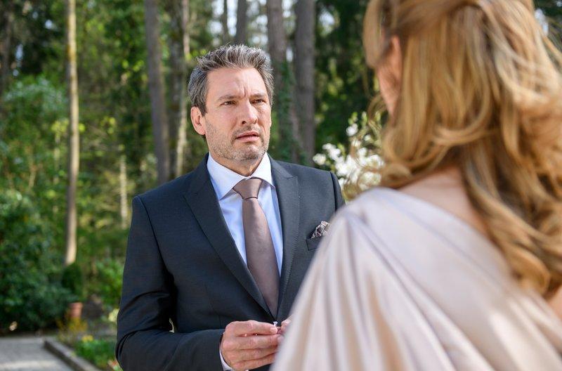 Verlobung: Christoph (Dieter Bach, l.) kann nicht glauben, dass Ariane (Viola Wedekind, r.) ihre Verlobung aufgelöst hat. – Bild: ARD/Christof Arnold