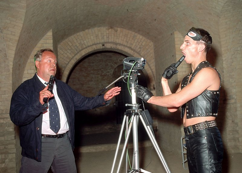 """""""Snuff"""" (Clemens Schick, re.) will den absoluten Showdown und droht sich vor der Videokamera selbst zu erschiessen. – Bild: RTLplus"""