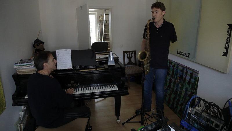 Stefan T. (rechts) hatte vor 14 Jahren einen schweren Motorradunfall. Heute nimmt er wieder Musikunterricht bei seinem Lehrer Walter W. (links). – Bild: ZDF und Michael Garrett