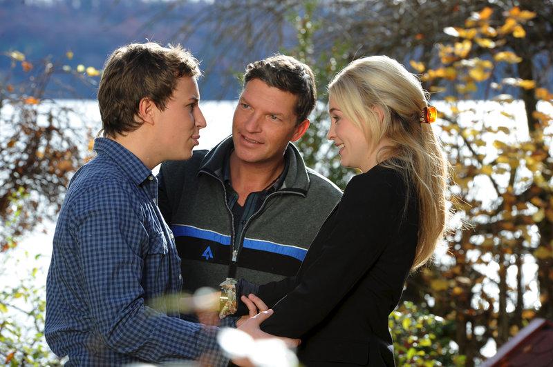 Nicht nur Stefan (Hardy Krüger jr., Mitte) ist überrascht, auch Daniel (Lion Sokar, l.) hat nicht damit gerechnet, Jenny (Teresa Klamert, r.) so unerwartet zu sehen. – Bild: ZDF