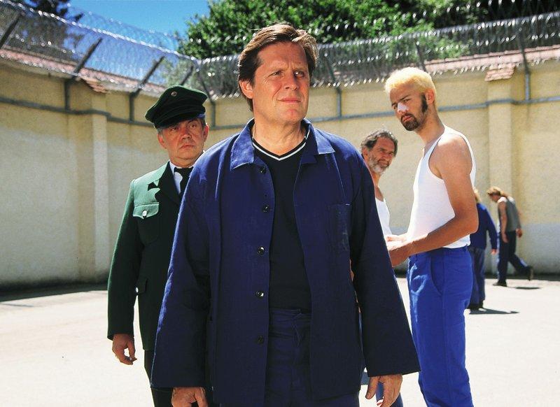Dr. Stefan Frank (Sigmar Solbach) steht unter Mordverdacht und muss ins Gefängnis. (Jörg Malotki, re. als Mitgefangener) – Bild: RTLplus / Elke Werner