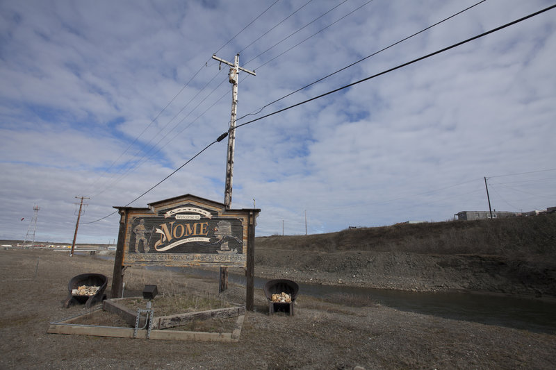 ?Welcome To Nome, AK? sign on land. – Bild: Discovery Channel