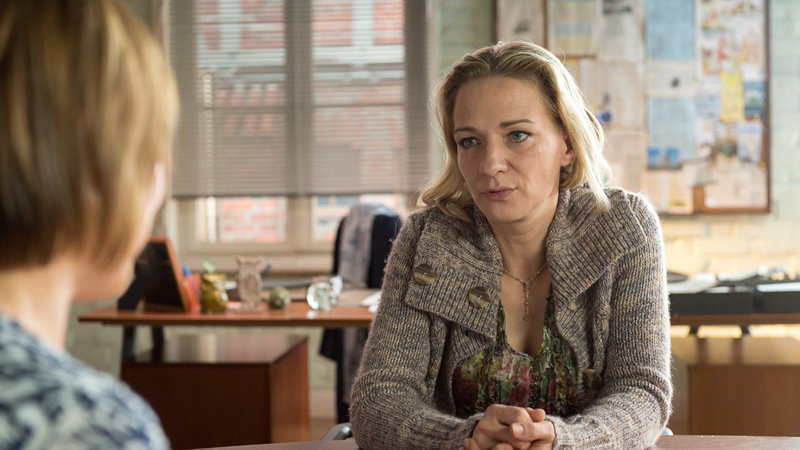 Nele Keller (Anika Maurer) hat ein dunkles Geheimnis. Wie hängt das mit dem Raubüberfall zusammen?, fragt sich Katrin Börensen (Claudia Schmutzler, l.). – Bild: ZDF und Marc Meyerbröcker