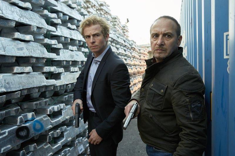 Paul (Daniel Roesner, l.) und Semir (Erdogan Atalay) suchen nach dem Container mit den Kindern. – Bild: RTL