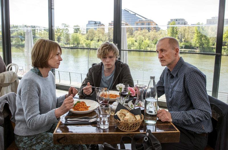 Caro (Corinna Harfouch), Ben (Simon Jensen, Mitte) und Manni (Peter Lohmeyer). – Bild: HR/Bettina Müller