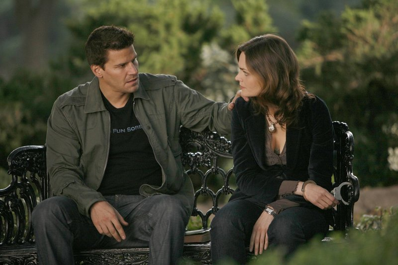 Booth (David Boreanaz, l.); Dr. Brennan (Emily Deschanel, r.) – Bild: 2006-2007 Fox and its related entities. All rights reserved. / Isabella Vosmikova Lizenzbild frei