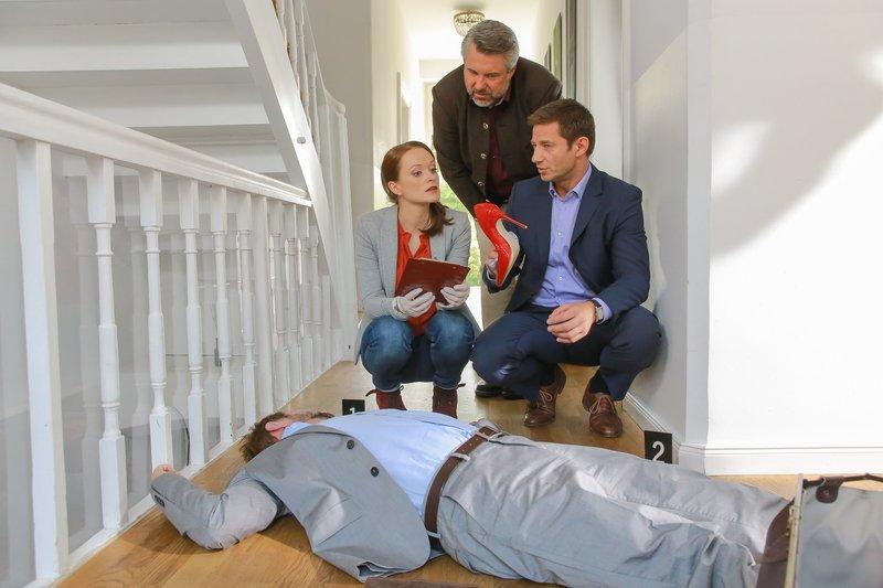 Pathologin Mai (Sina Wilke, l.) schließt aus, dass es sich bei dem Damenschuh um die Tatwaffe handelt. Die Kommissare Stadler (Dieter Fischer, M.) und Hansen (Igor Jeftic, r.) ermitteln. – Bild: ZDF und Christian A. Rieger - klick.
