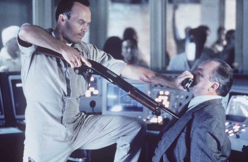Der Serienkiller McCabe (Michael Keaton, l.) schreckt vor nichts zurück. Er bringt auch noch den schockierten Ed Fayne (Richard Riehle, r.) in seine Gewalt ... – Bild: ZDF und Merrick Morton